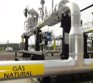 Preços relativos Brasil e EUA: gasolina o dobro, gás natural quase cinco vezes mais caro.